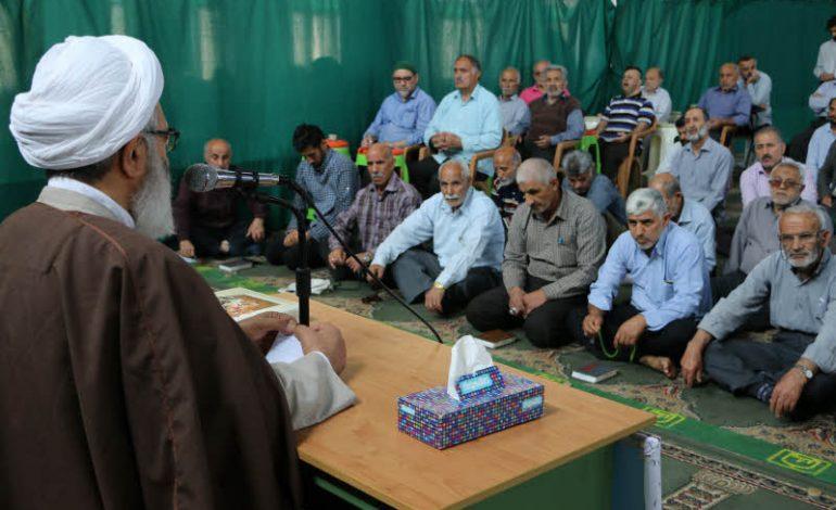 جلسه دهم تفسیر قرآن مجید در ماه مبارک رمضان توسّط آیت الله معلمی ، بعد از اقامه نمازجماعت ظهر ،  در مصلی جمعه قائم شهر برگزار شد + تصاویر