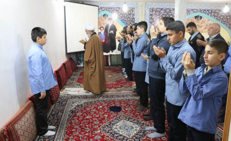 جمعی از دانش آموزان آموزشگاه شاهد پسران شهرستان ساری با حضور در دفتر امام جمعه قائم شهر،با آیت الله معلمی دیدار کردند + تصاویر
