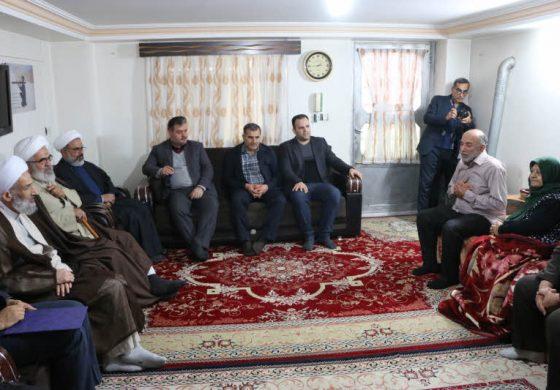 آیت الله معلمی با حضور در منزل پدری شهید محمد جواد کرامتی ، در ایام الله دهه مبارکه فجر ، با خانواده ایشان دیدار کردند + تصاویر